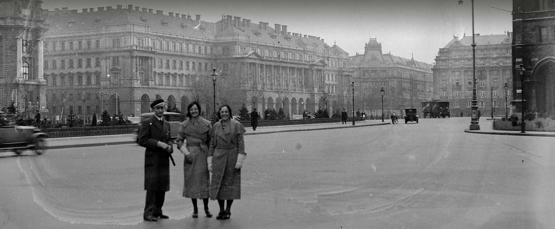 Archív kép, a háttérben az épület főhomlokzata