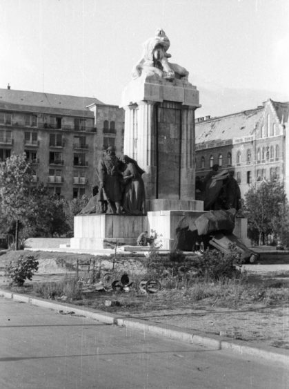 Archív fotó, a háttérben az épület egy részlete