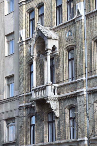 A homlokzat egy részlete felújítás előtt
