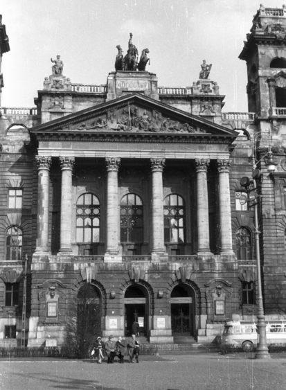 Archív kép az 1950-es évekből, az épület főhomlokzatának egy részlete