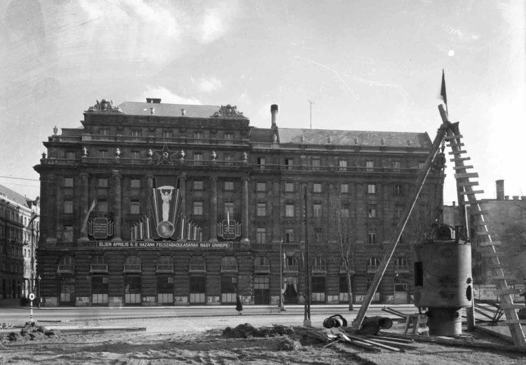 Archív kép az 1950-es évekből, az épület Kossuth téri homlokzata