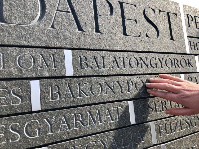 Az Emlékhely egy részlete településnevekkel